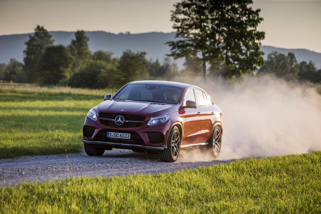 In den Staub: Auch abseits befestigter Straßen fühlt sich Daimlers Neuzugang wohl, das serienmäßige Luftfahwerk sorgt für mehr Bodenfreiheit