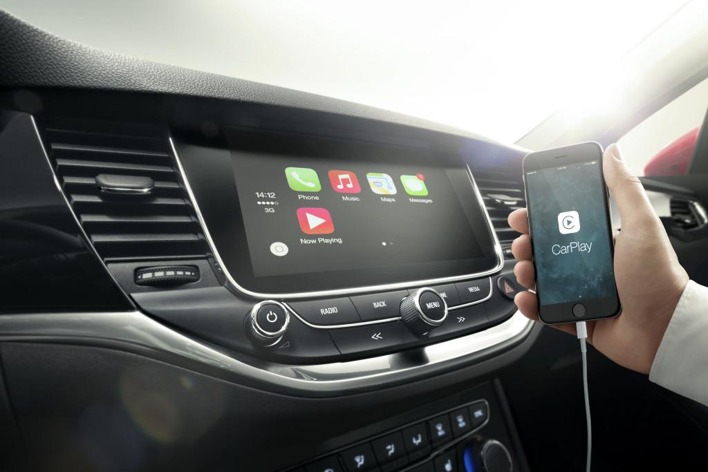 Mit CarPlay integriert sich das iPhone nahtlos in das Infotainment, Googles Android Auto soll 2016 folgen
