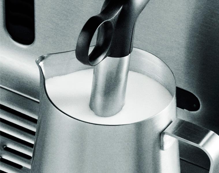 Milch schäumt das Multitalent auf den Punkt in Sachen Temperatur und Konsistenz