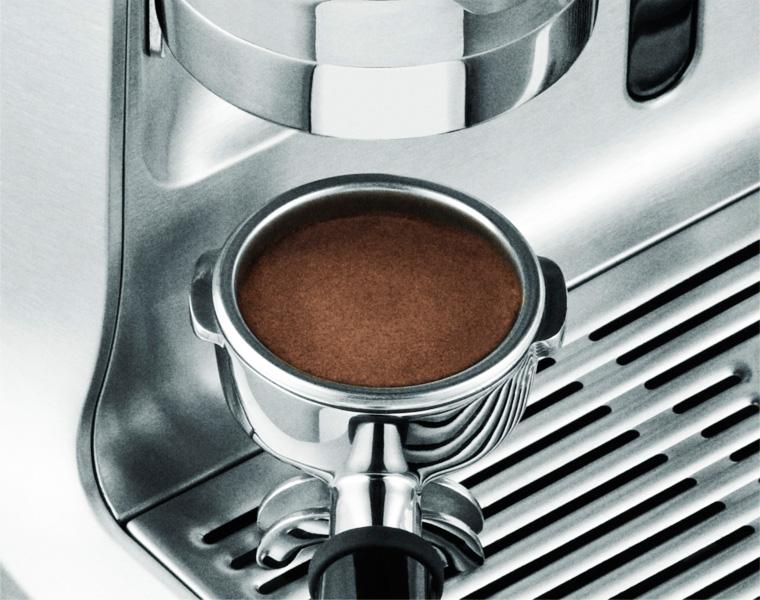 Die Gastroback mahlt und presst den Kaffee automatisch