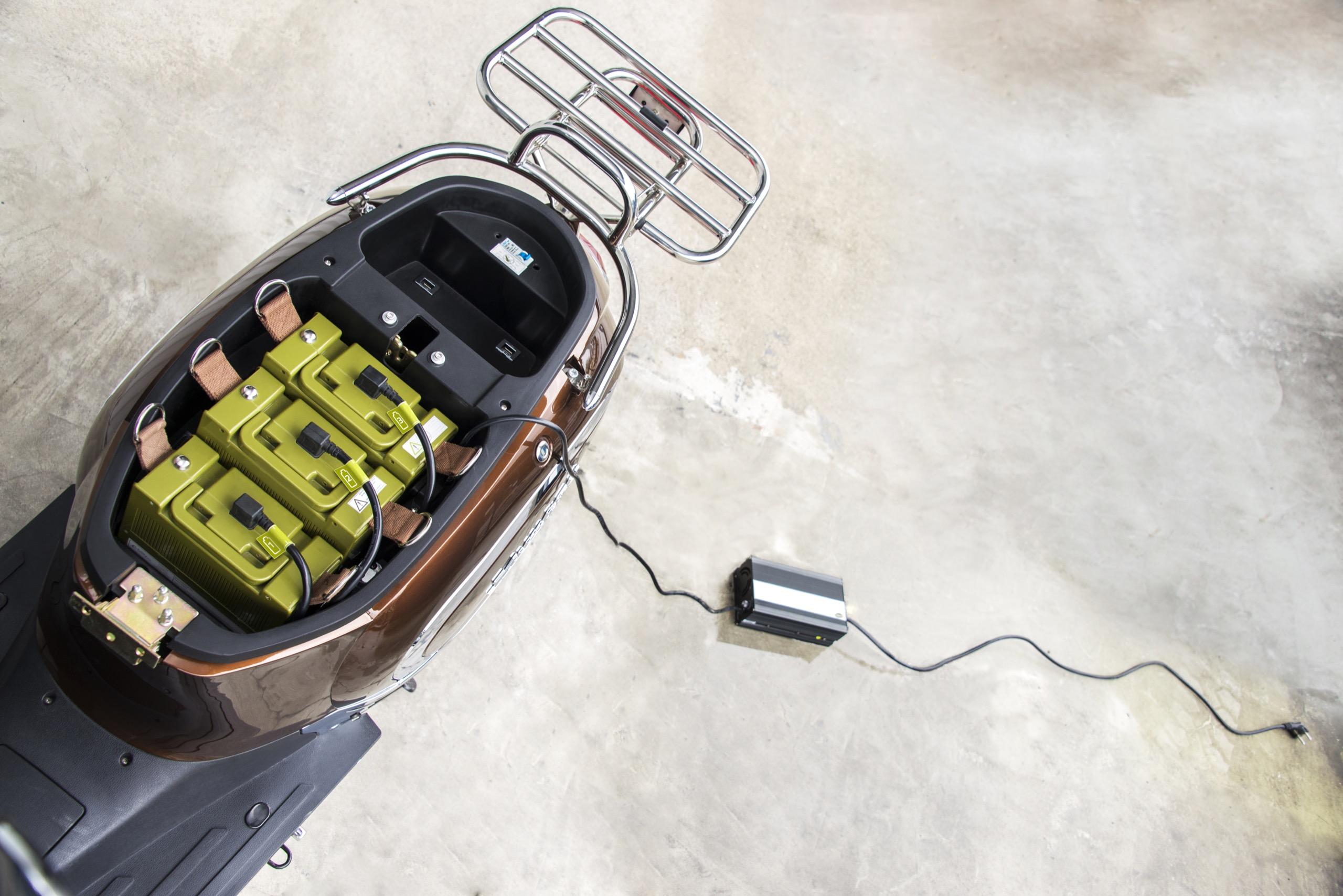 Geladen werden die bis zu drei Akkus entweder direkt im Roller oder einzeln an der heimischen Steckdose