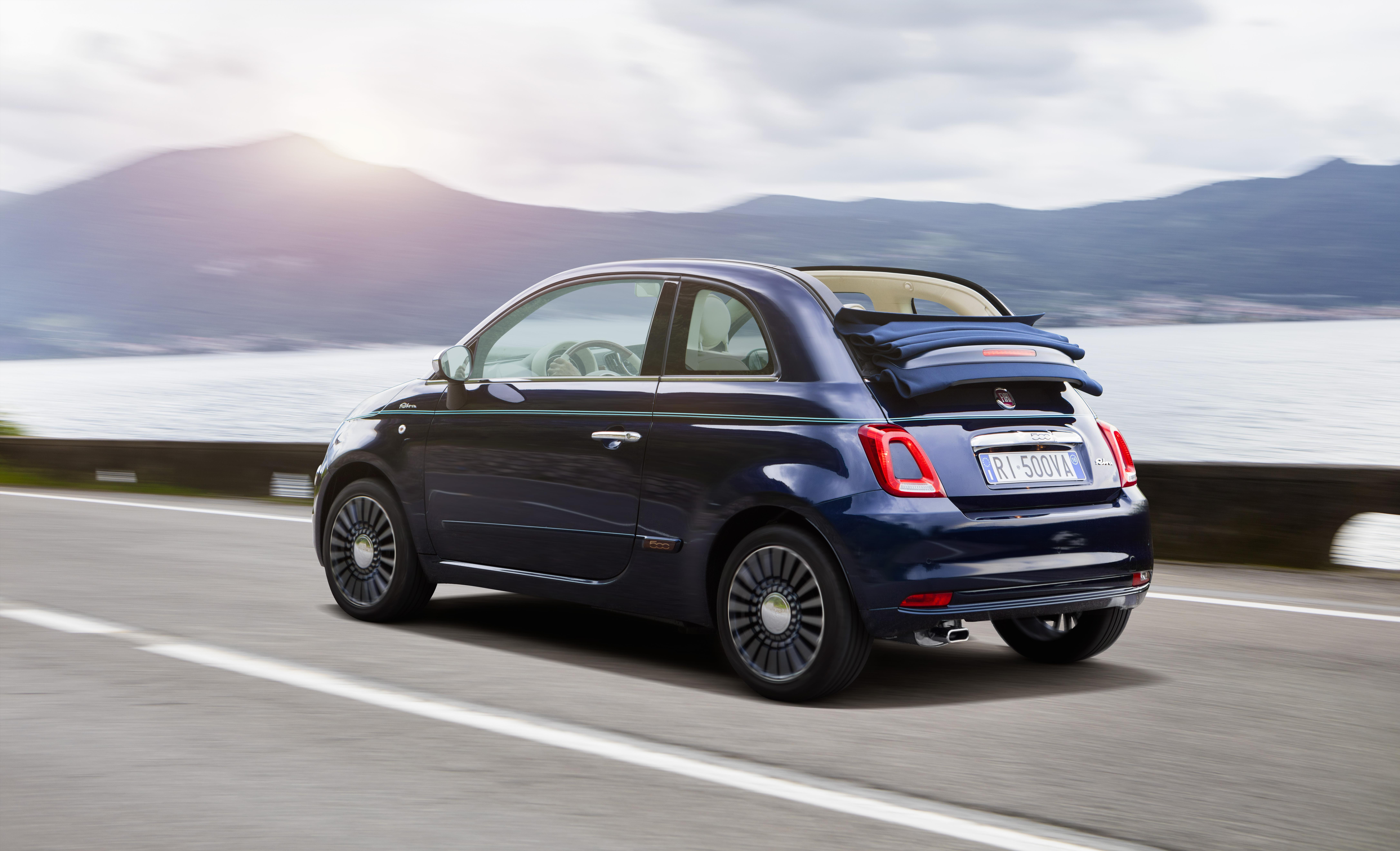 Das Cabrio des Fiat 500 Riva besitzt passend zur exklusiven, blauen Lackierung ebenfalls ein blaues Verdeck
