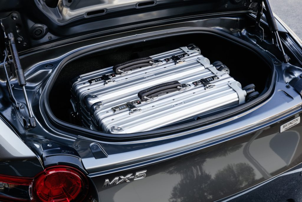 Von wegen klein: Zwei Board-Trolleys machen es sich im Koferraum des MX5 RF bequem
