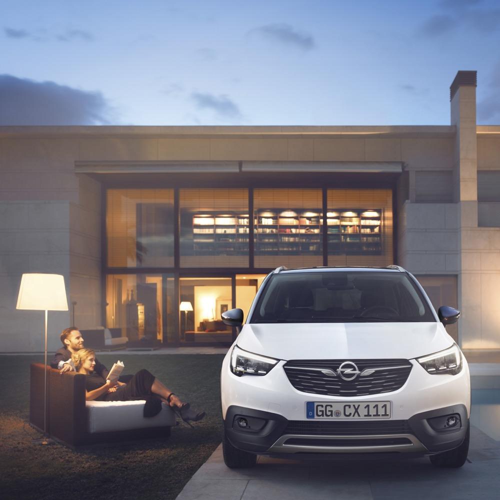 Schade, Preis und Motorisierungen des Crossland X verrät Opel noch nicht, aber man kann sich ja schon mal den Stuhl zum Betrachten des Neuzugangs vors Haus stellen