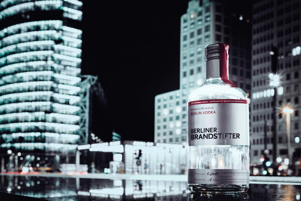 Der 7fach gefilterte und 5fach destillierte Vodka wird aus hochwertigen, ausgesuchten Zuckerrüben gewonnen und mit typisch Berliner Blüten und Botanicals veredelt