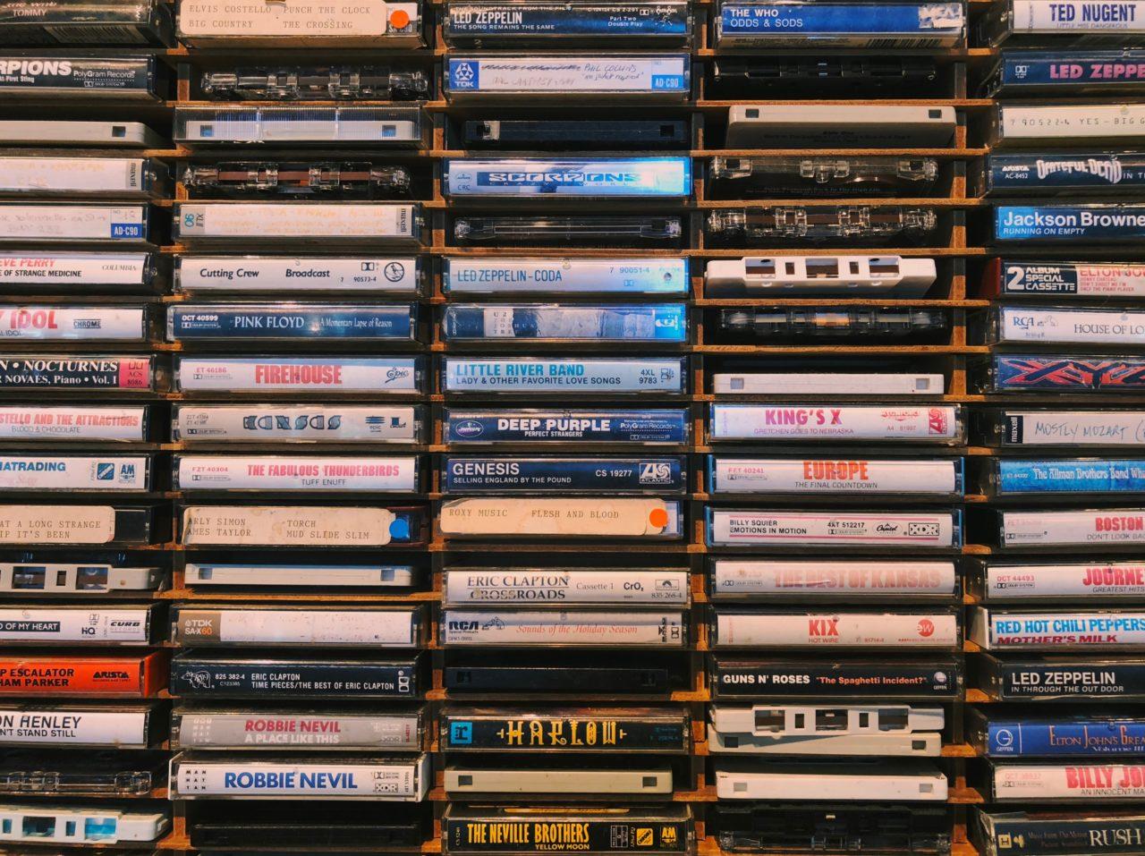 Ach ja, Kompaktcassetten. Einst gab es sie vorgespielt, geliebter allerdings waren die selbst zusammengeschnittenen Mixtapes / Foto: Jon Tyson, Unsplash